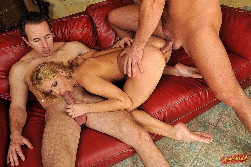 Блондинку ставят раком, чтобы подобраться к ее розовым дырочкам, ее трахают два пениса