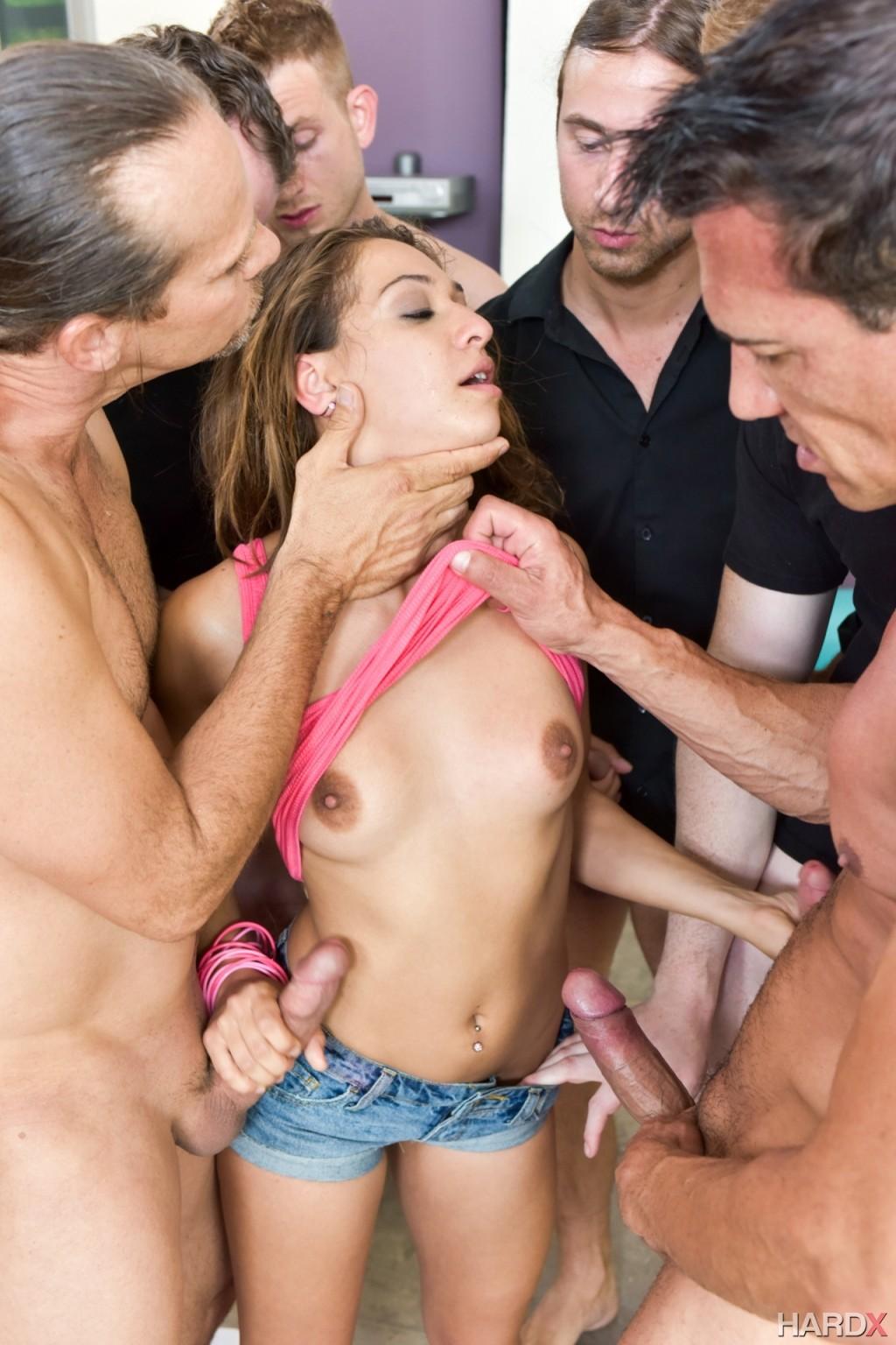 Молоденькая телочка очень хочет разврата и получает его с помощью нескольких мужчин