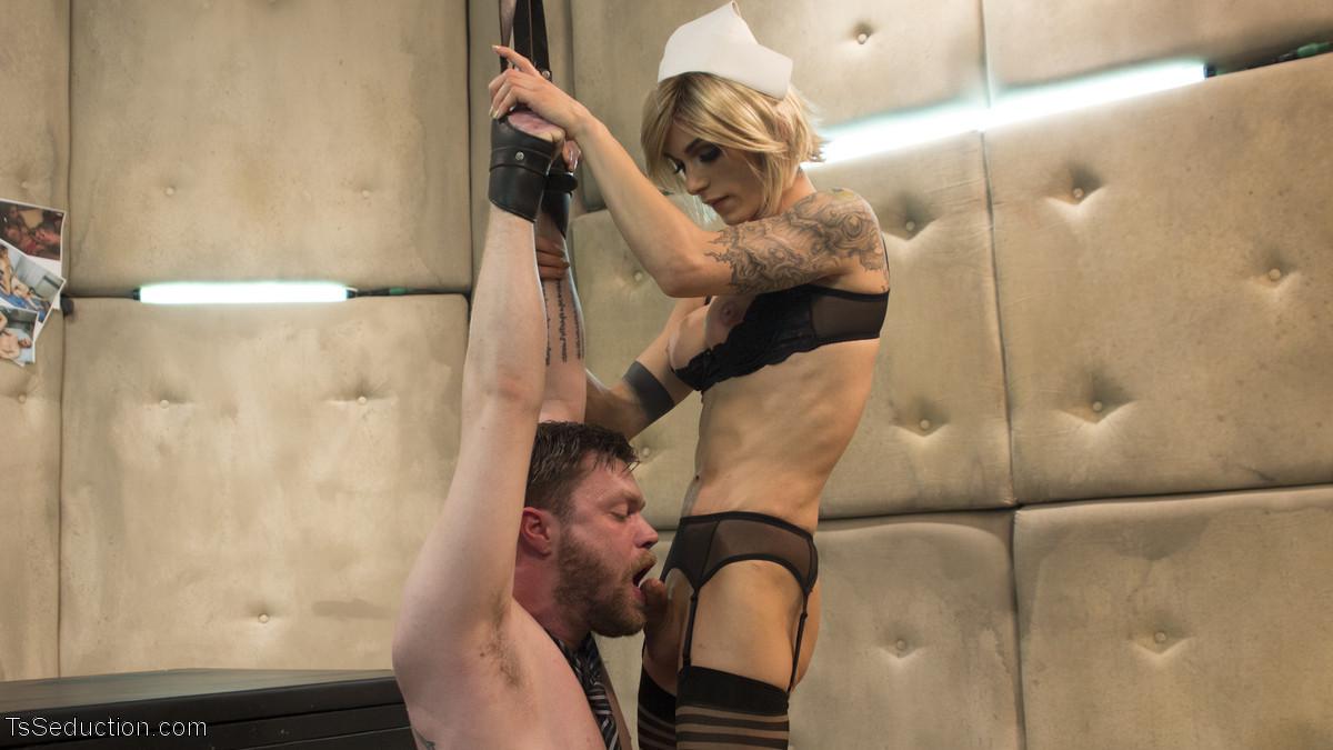 Педик дал в жопу трансвеститу в комнате с мягкими стенами и получил от этого большое удовольствие