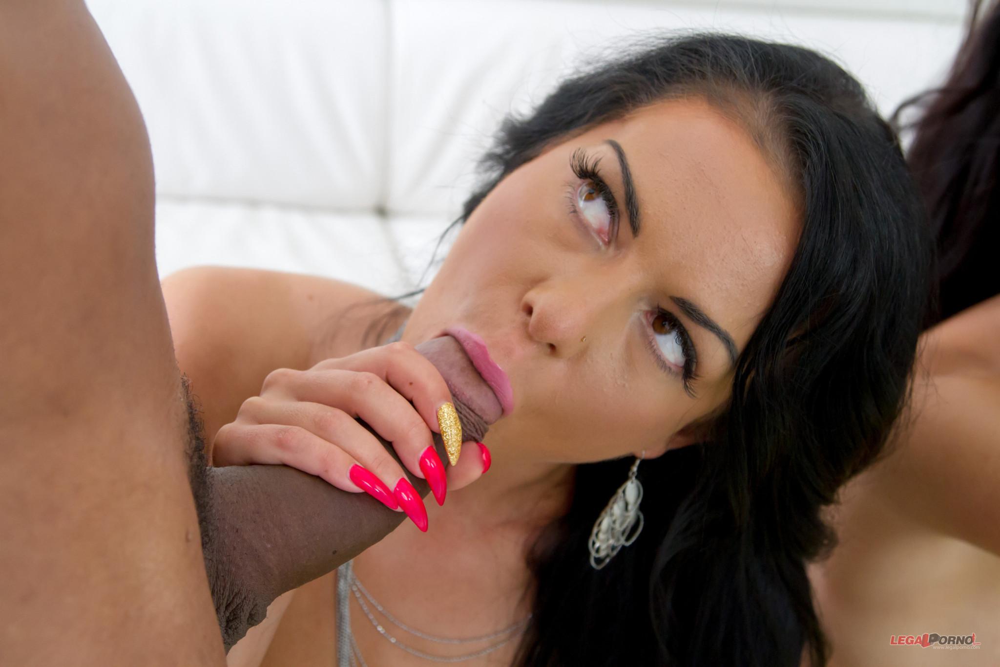 Опытная звезда порно Инга Девил в очередной раз делает минет