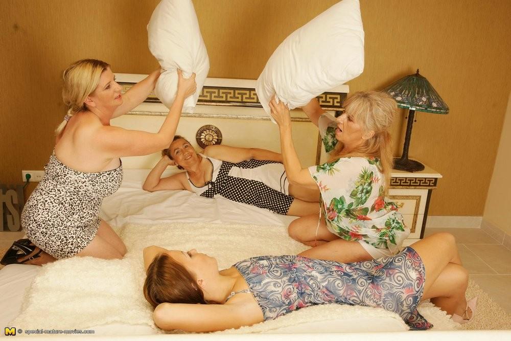 Две пары женщин решают развлечься без мужчин – им удается удовлетворить друг друга даже без посторонних предметов