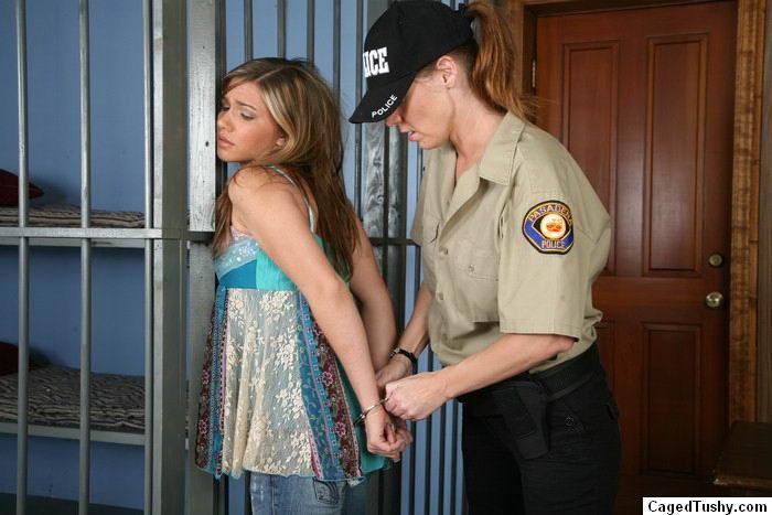 Девушка оказывается в полиции, где ей устраивают тщательный досмотр, но она остается даже довольна