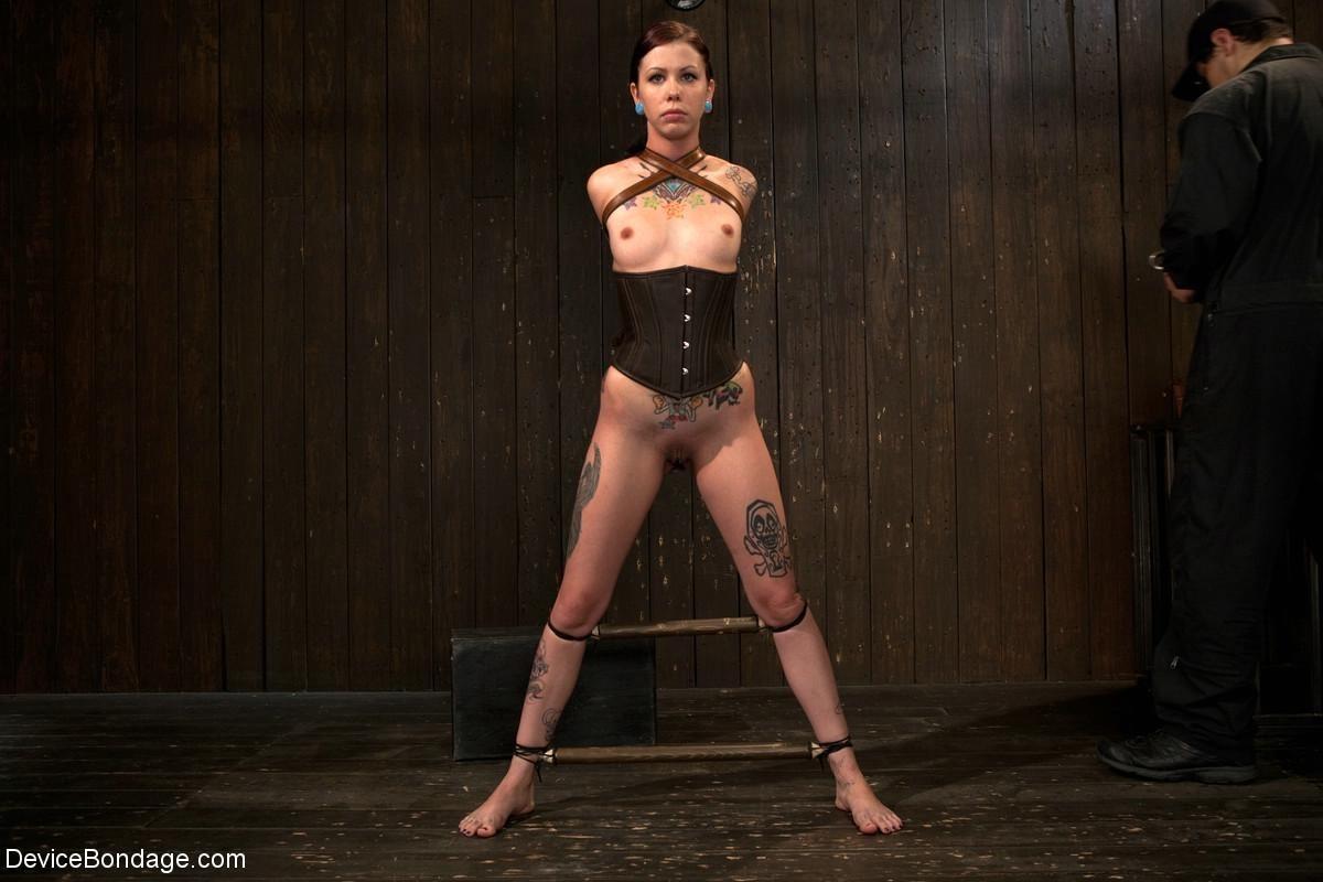 Татуированная молоденькая девица впервые пробует БДСМ