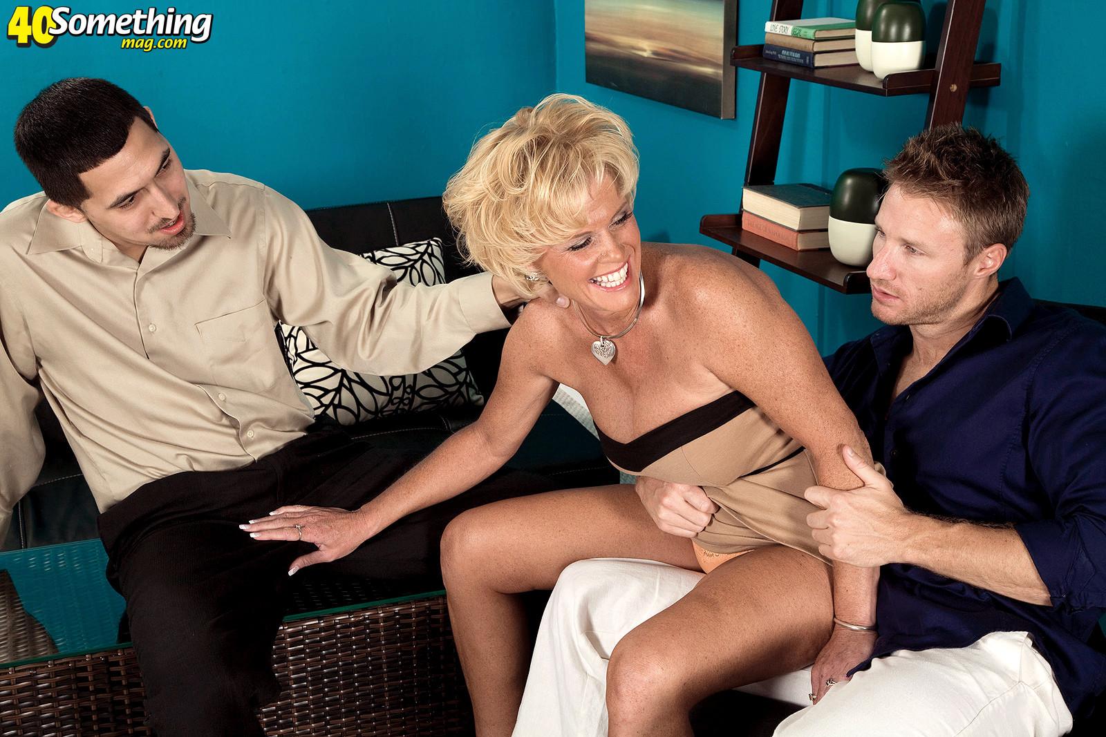 Зрелая белокурая проститутка занимается еблей в два ствола сразу