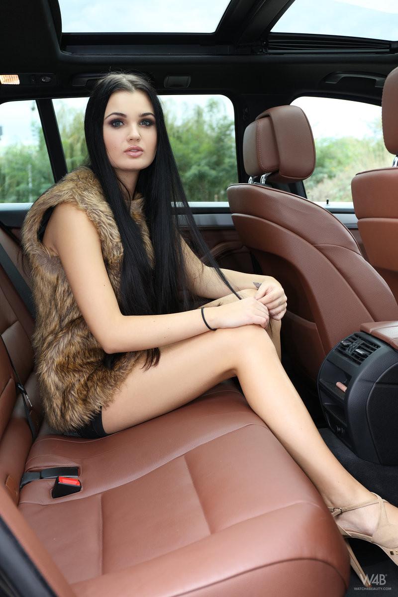 Секс на заднем сидении брюнетки