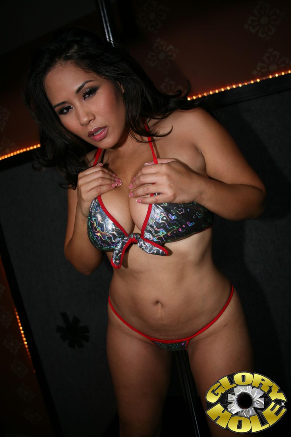 Пышная азиатка Джесика Бангкок поебалась с парнем который стоит за стеной