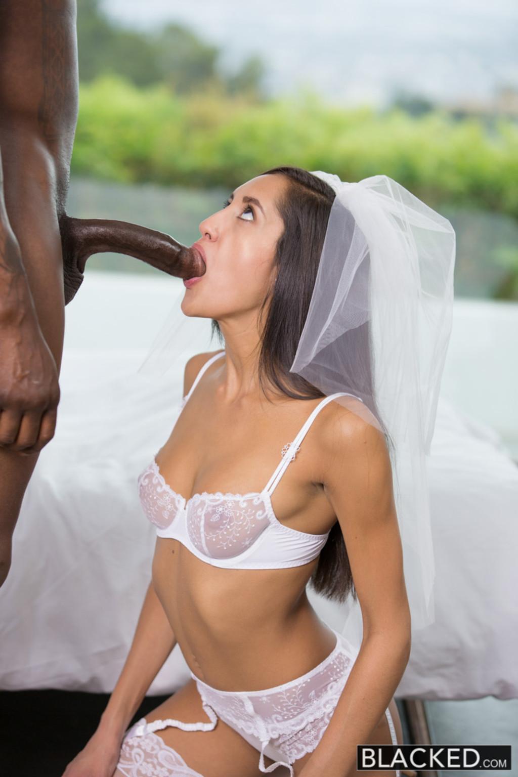 Сексапильная невеста ненадолго отлучилась с торжества, чтобы трахнуться с лучшим другом жениха, ведь у него офигенный хер