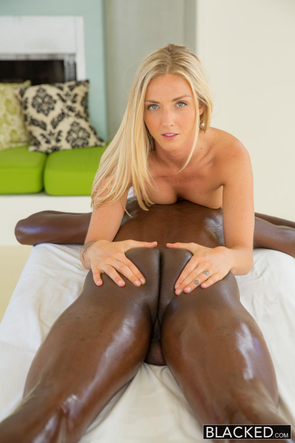 Блондинка делает отменный минет негру, а затем подставляет свою пизденку для огромного члена
