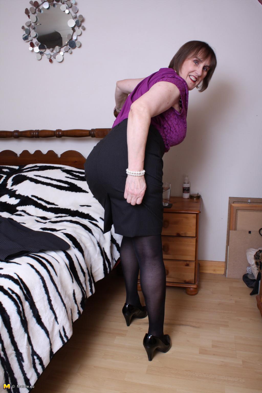 Женщина в возрасте не стесняется своего тела, поэтому с удовольствием показывает себя