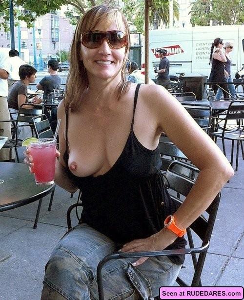 Похотливые сучки с удовольствием показывают свои сиськи: девки хотят, чтобы их трахали