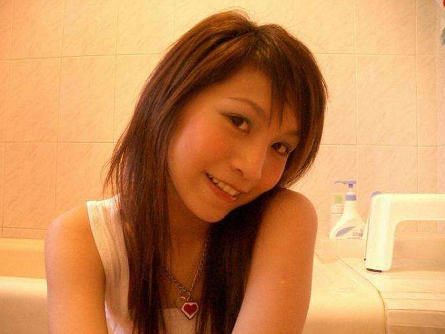 Красивая японская модель делает фото своей стройной фигуры