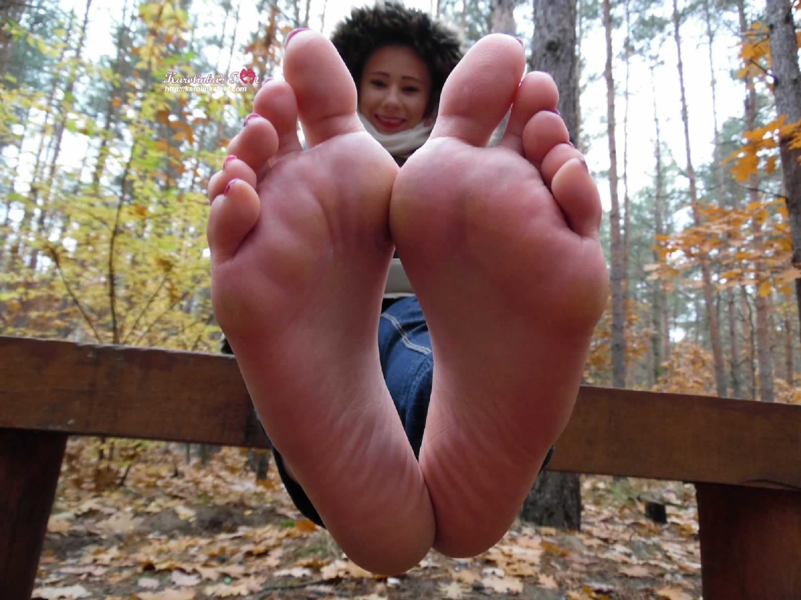 Красивые девушки которые очень обожают надрачивать член своими красивыми ножками