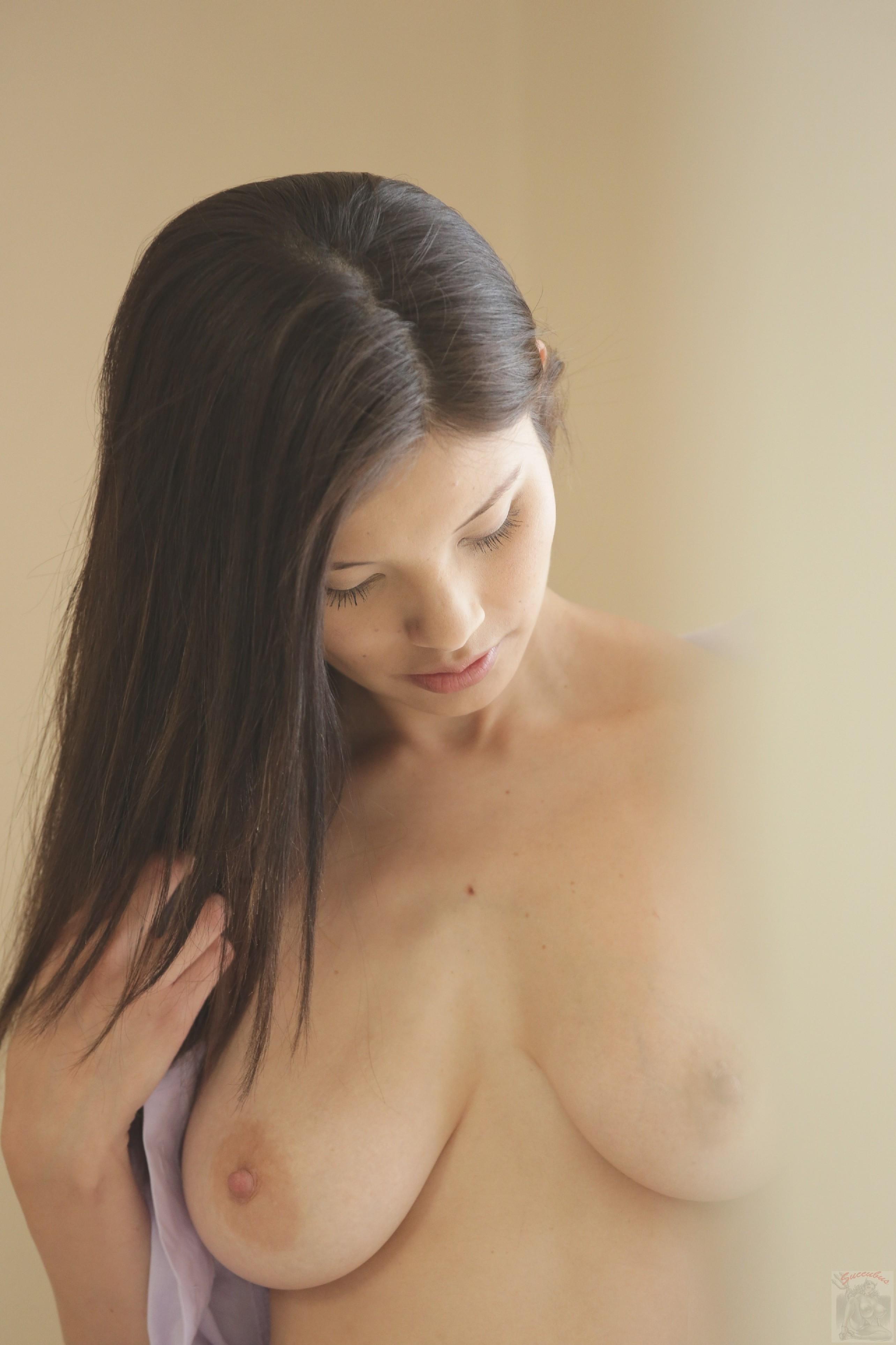 Модель Моника за деньги согласилась показать грудь