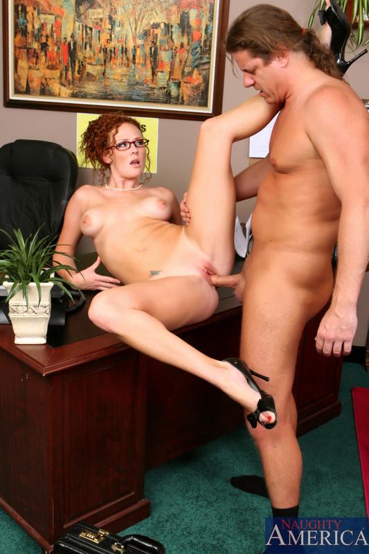 Рыжая секретарша с красивыми сиськами, задорно скачет на толстом хуе своего начальника, крича от удовольствия