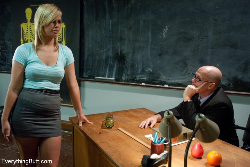 Тара Линн пришла к доктору на осмотр и получила большой хуй сначала в пизду, а потом в жопу