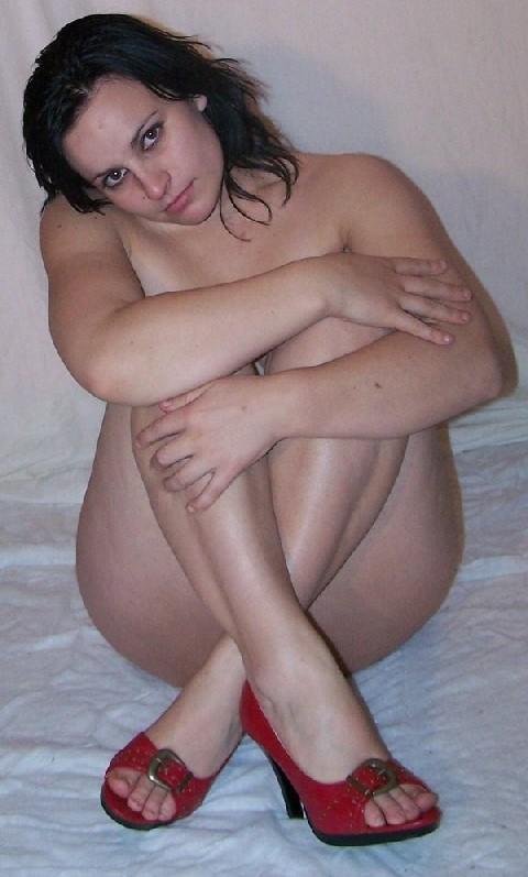 Беременная девушка в голом виде позирует перед камерой ради денег