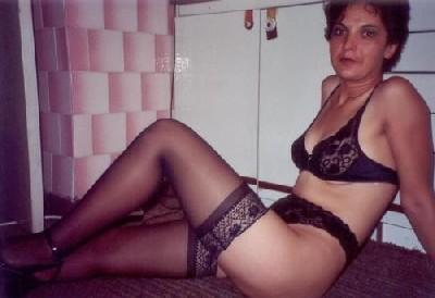 Зрелая мадам в колготках позирует перед камерой на кухне