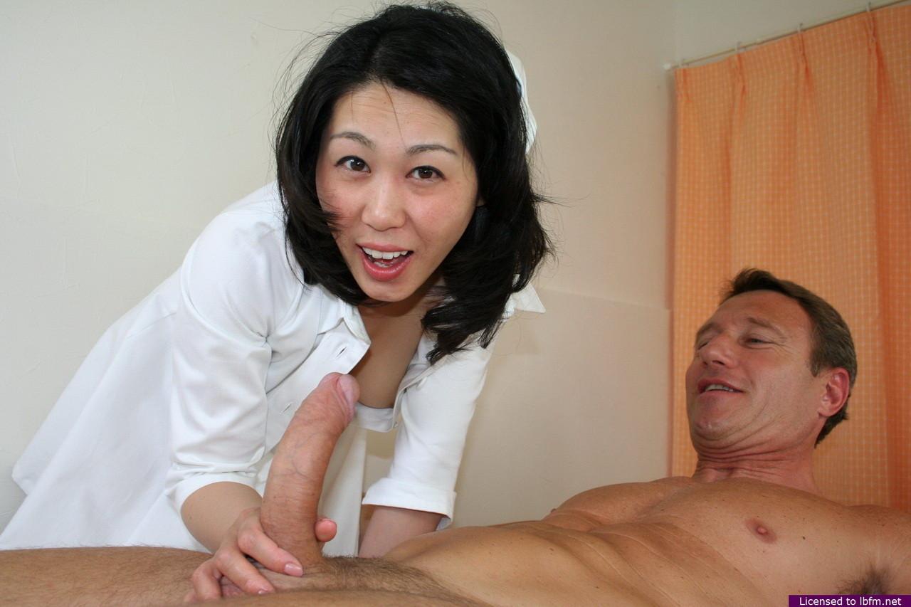Китайская медсестра увлеклась рабочим процессом и случайно трахнулась с главврачом и пациентом
