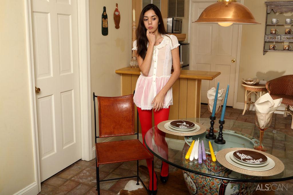 Раскрепощенная девушка раздвигает ножки и вставляет внутрь в себя целую горсть длинных свечей