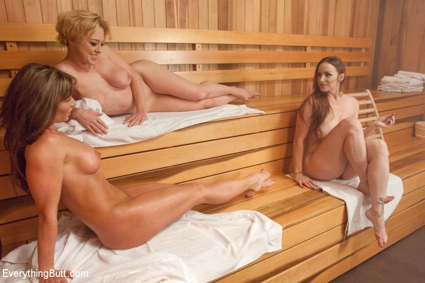 В сауне три развратные телочки развлекаются с анусами друг друга, используя разные секс-игрушки