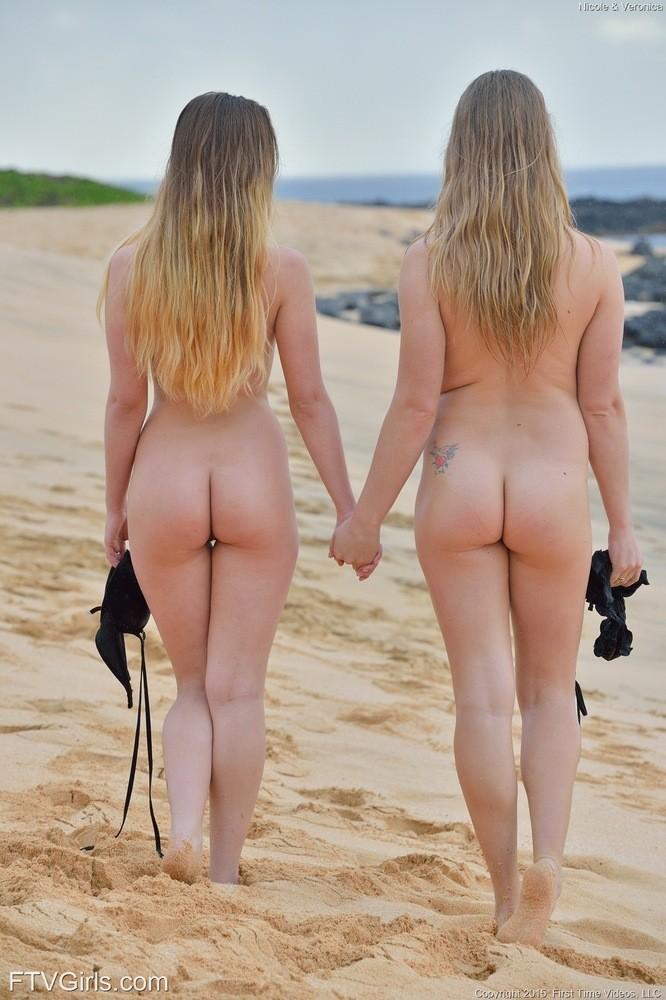 Николь и Вероника с удовольствием демонстрируют свои сиськи и щели на нудистском пляже