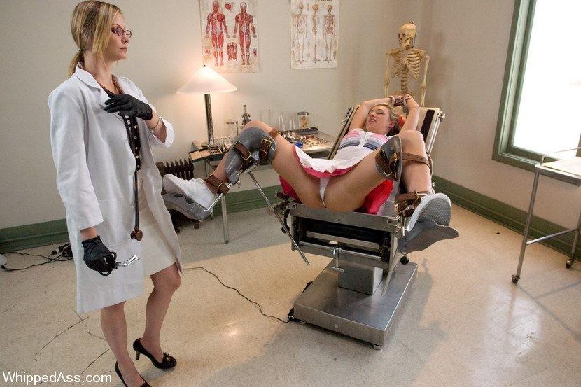 Девушка пришла на профосмотр к гинекологу, а женщина врач засунула ей руку в пизду прямо на кресле
