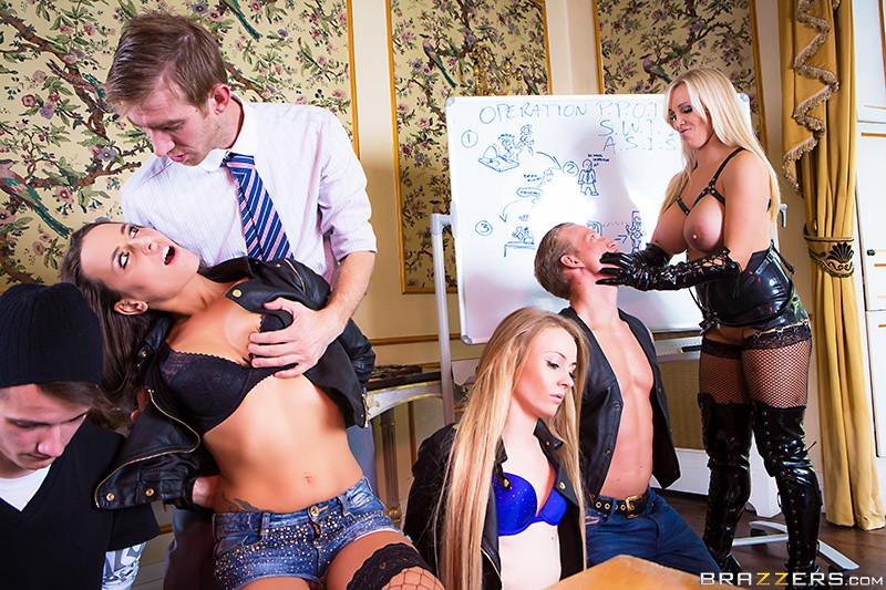 Телки с огромными дойками всегда пользуются спросом у мужиков, эти дамы снимут лифчики, чтобы трахнуться