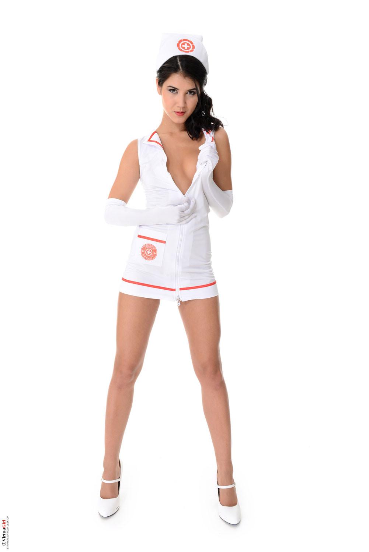 Игривая медсестра в коротком халатике не носит лифчика и сейчас вам это покажет