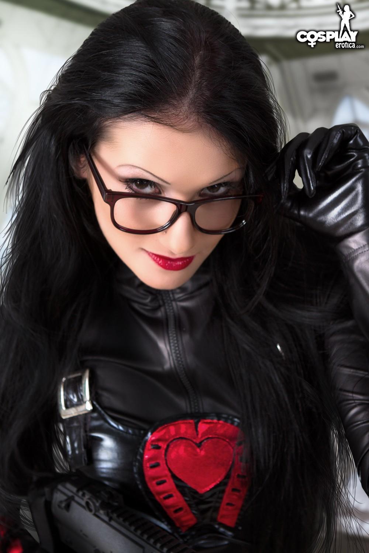 Латекс – это очень сексуальный наряд, особенно когда у телки симпатичная пропорциональная фигура