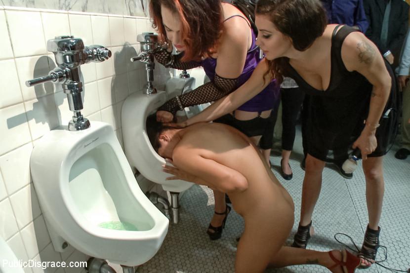 В туалете с молоденькой девушкой очень жестко обращаются на публике