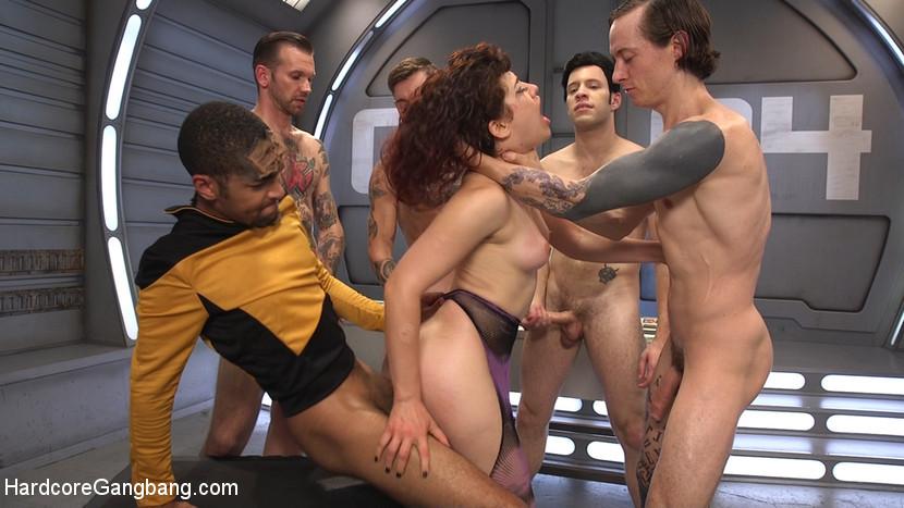 На звездолете Интерпрайс праздник – в гости зашла сексуальная инопланетянка, изголодавшаяся по мужикам и перееблась со всей командой