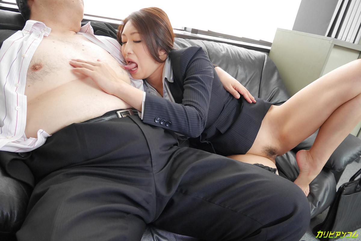 Грудастая азиатская ведущая ебется с двумя твердыми членами