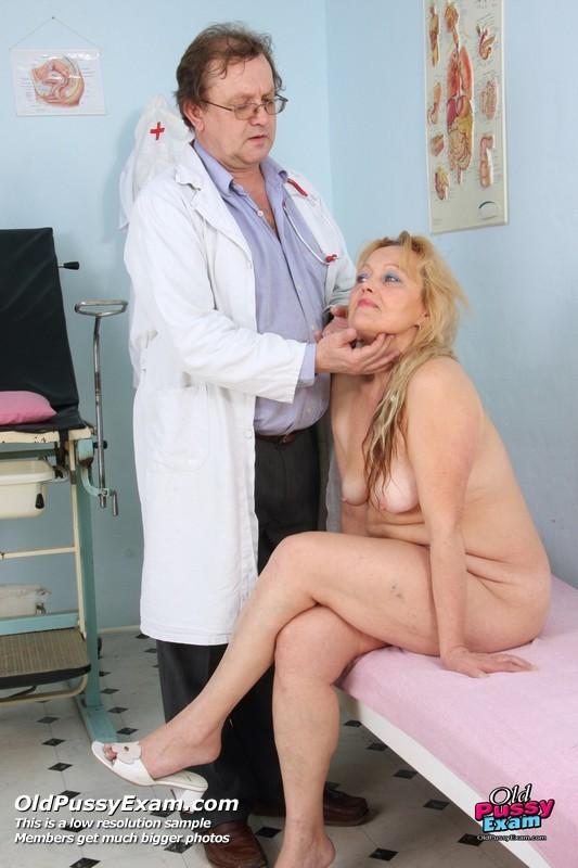 Женщина с волосатой пиздой приходит на прием к развратному гинекологу и раздвигает перед ним ноги