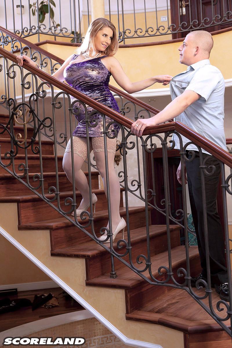 Будучи беременной Катарина трахается с молоденьким соседом