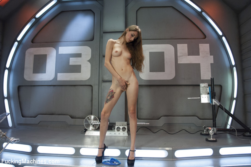 Секс машина достаточно быстро удовлетворила худенькую брюнетку Willow Hayes