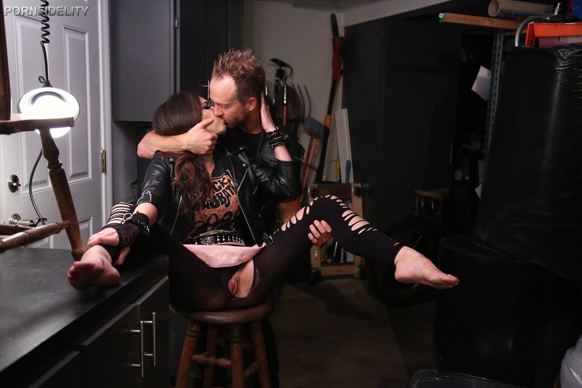 Красивой брюнетке с хорошеньким телом Tiffany Tyler вылизывает вагинальную щель