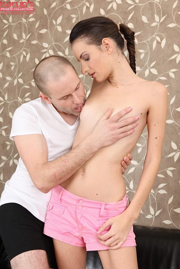 Парень страстно насаживает на крепкий пенис любвеобильную брюнеточку