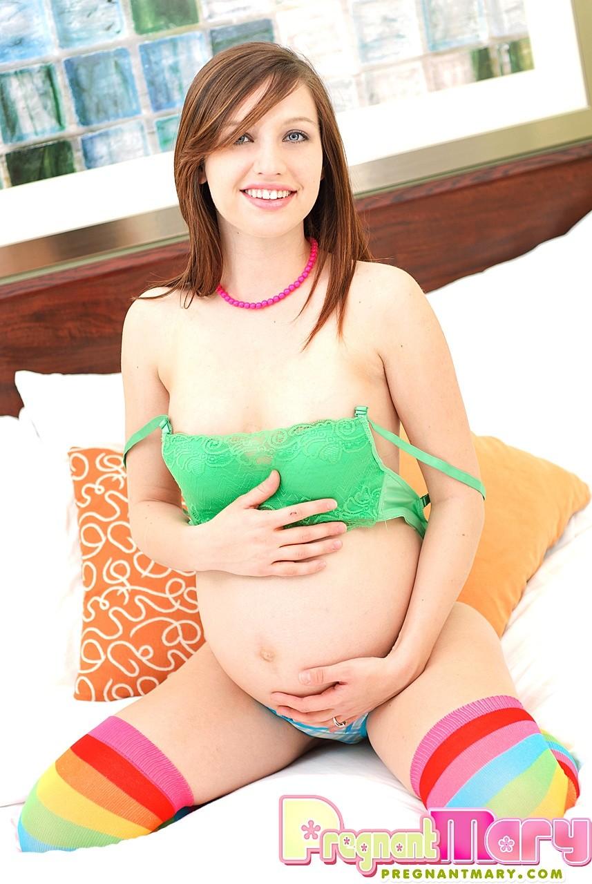 Беременная девушка так истосковалась по сексу, что уединяется с вибратором перед камерой