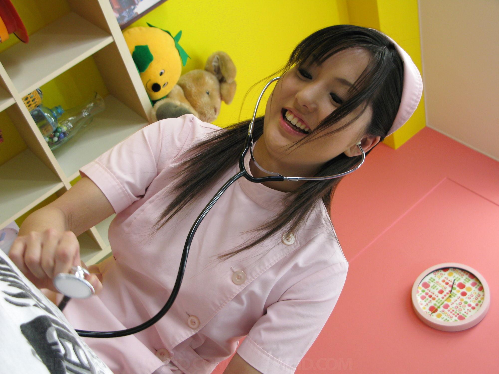 Азиатская медсестра трахается на дому у парня который её вызвал