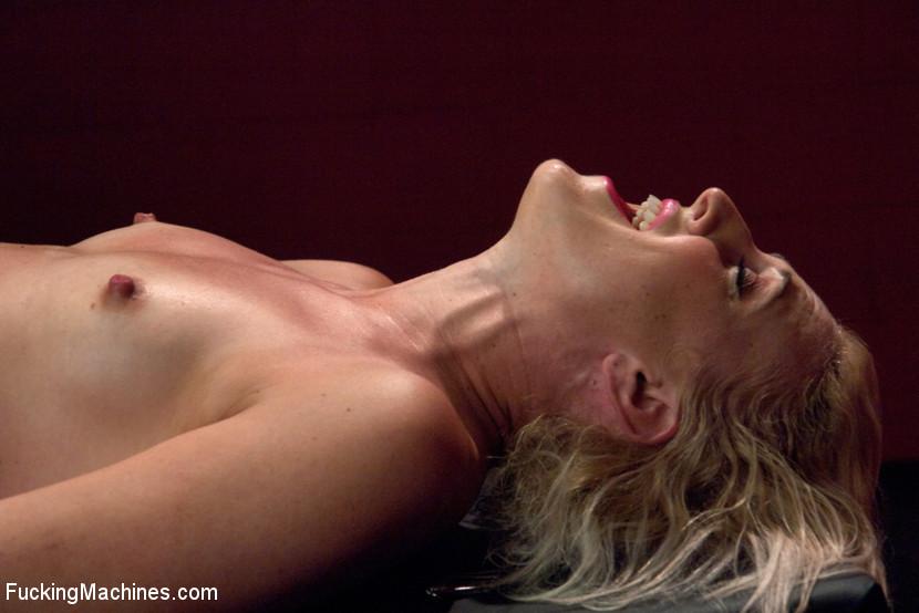 Секс машина без проблем довела блондинистую деваху до незабываемого сквирта