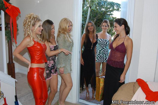 Девушки возбудились от примерки сексуальных нарядов и начали мастурбировать и лизать друг другу пезды