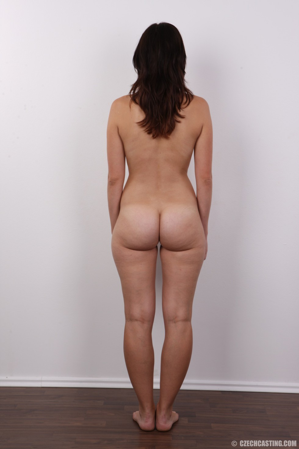 Чешская девушка с упругими сиськами на порно кастинге позирует голенькой
