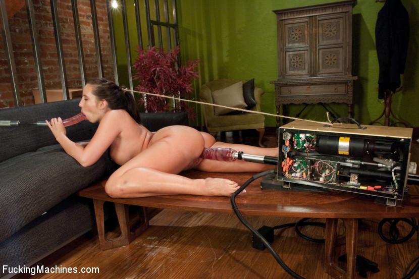 Кэлли любит, когда в ее промежности работает мощный вибратор на самой большой мощности