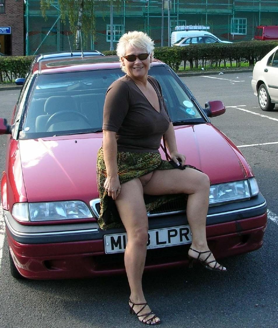Фото зрелых девушек которые показывают свою промежность на фото
