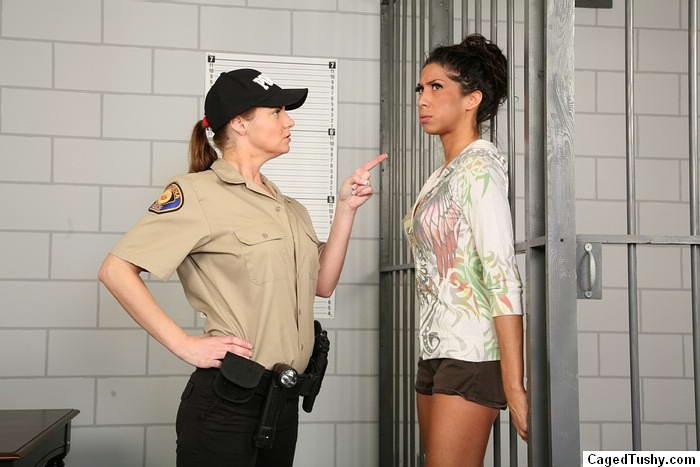 Зрелая надзирательница в женской тюрьме сначала раздела заключенную, а потом заперла ее в клетке