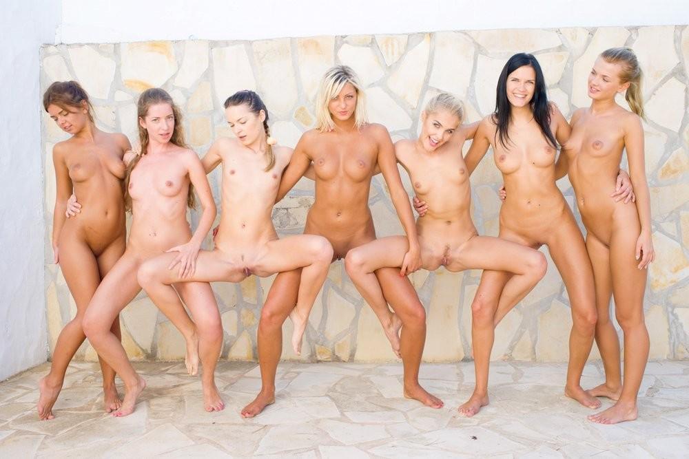 Лесбиянки совсем сорвались с катушек – устроили фото сессию, которая переросла в красивый лесби секс