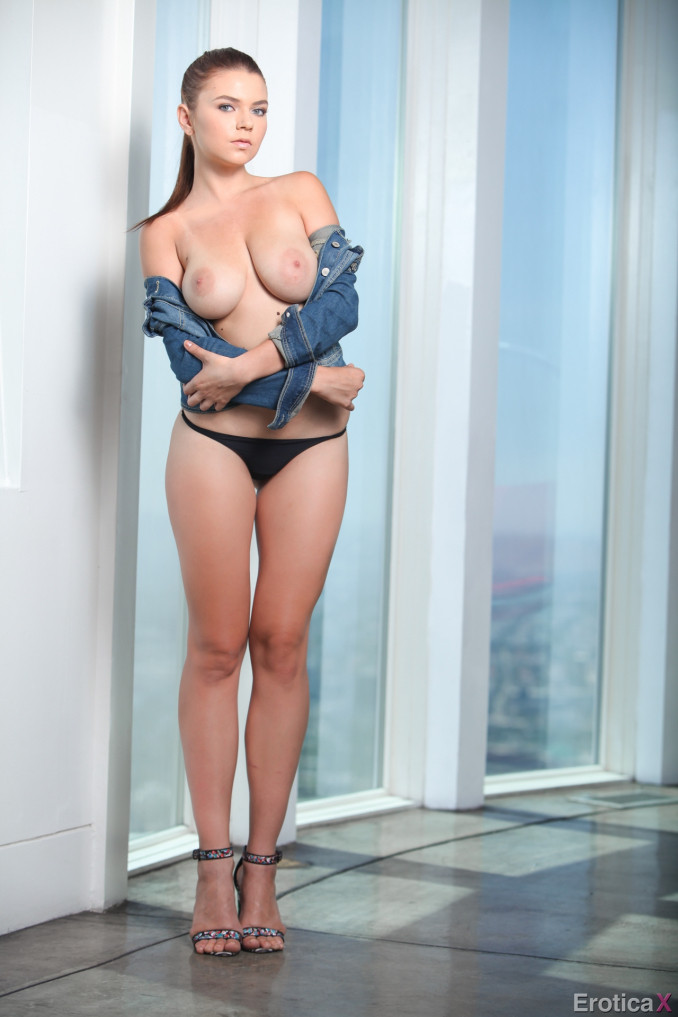 Хвастается своими большими шикарными сиськами красавица Marina Visconti