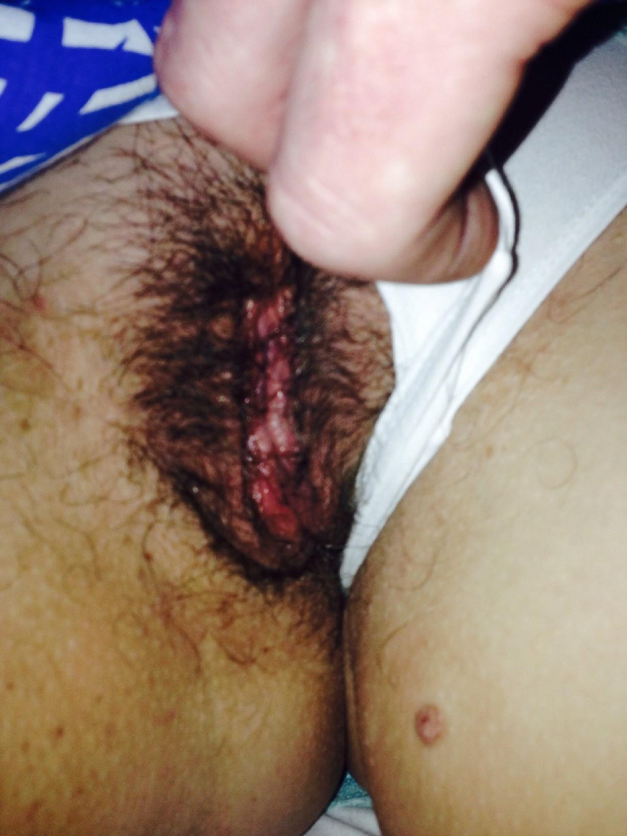Волосатая пизда с мокрой щелочкой которая прячется за трусиками