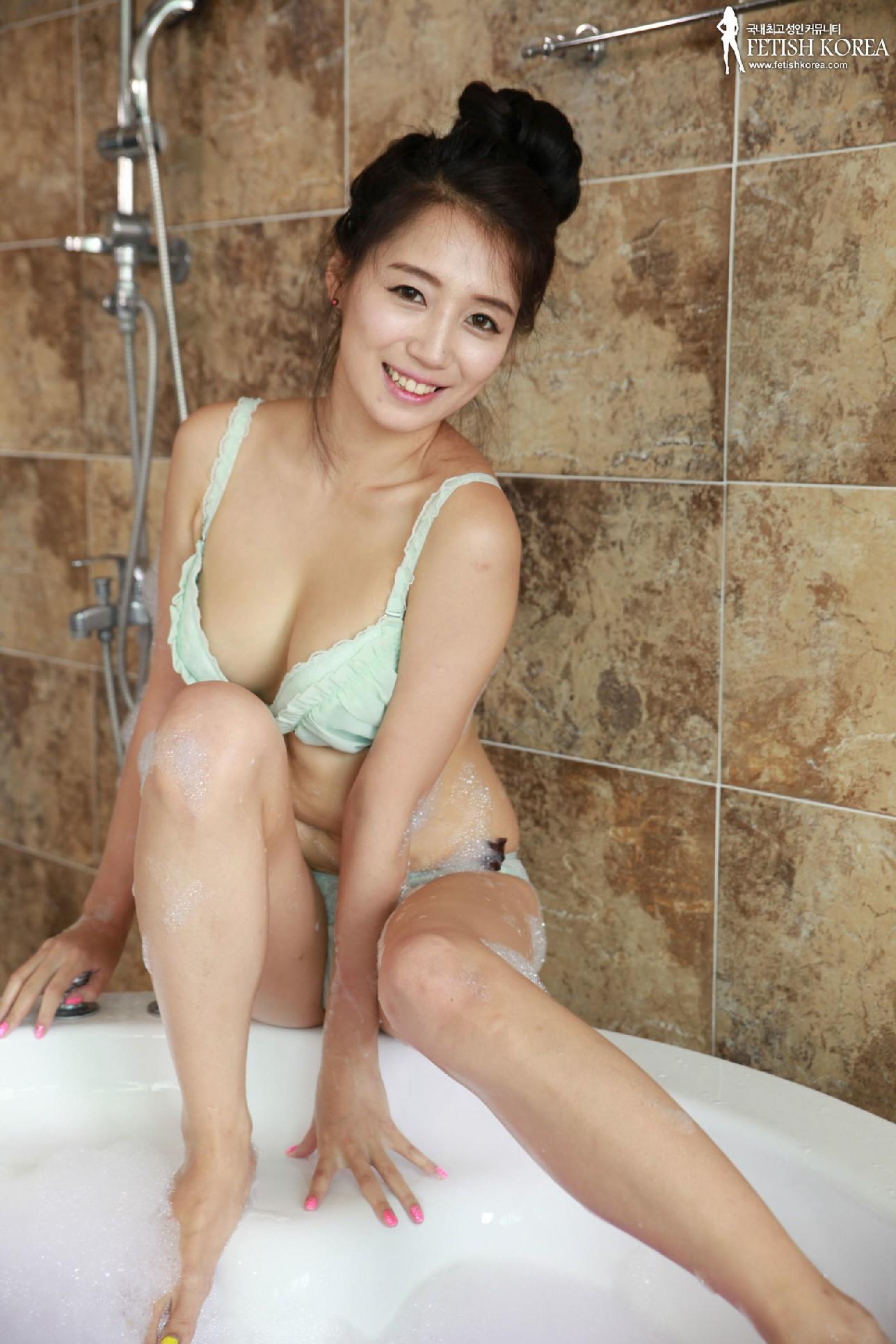Азиатка в ванной обмазалась пеной и медленно сняла с себя трусики