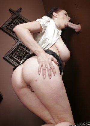 Оральный секс с горячей брюнеткой в туалете - фото 19